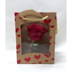 Rosa roja natural en caja de corazones